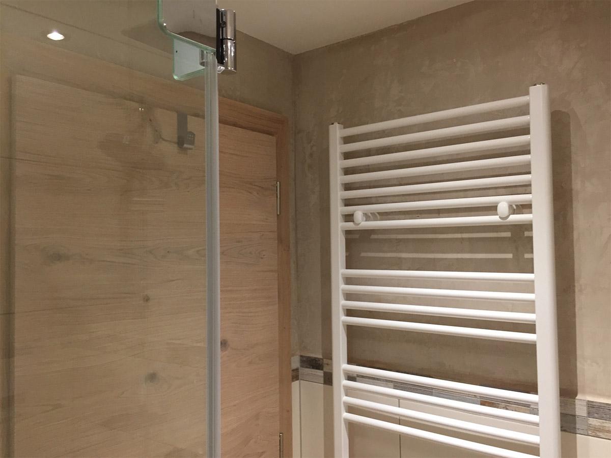 Holz, Holzoptik und warme Nuancen im Bad