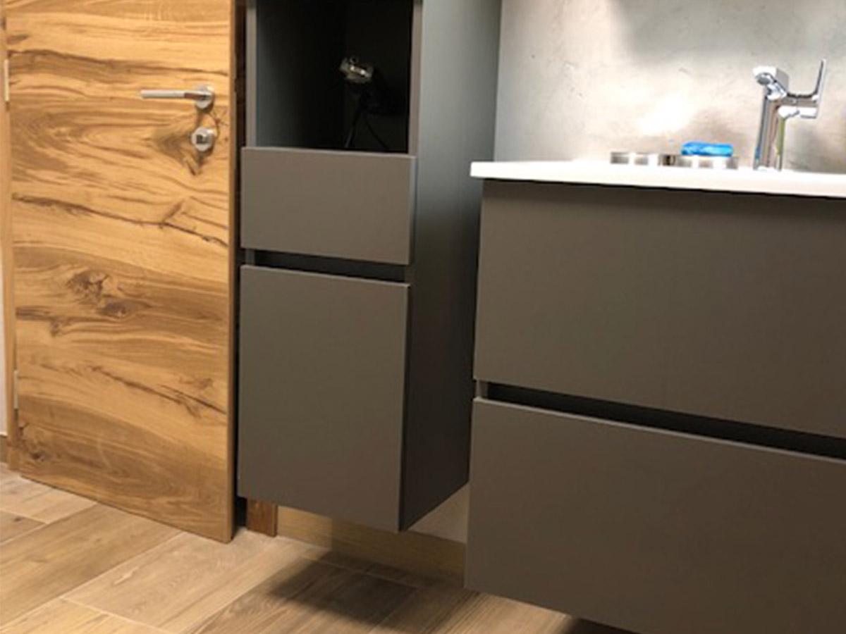 Modernes Bad mit Holz und Grau
