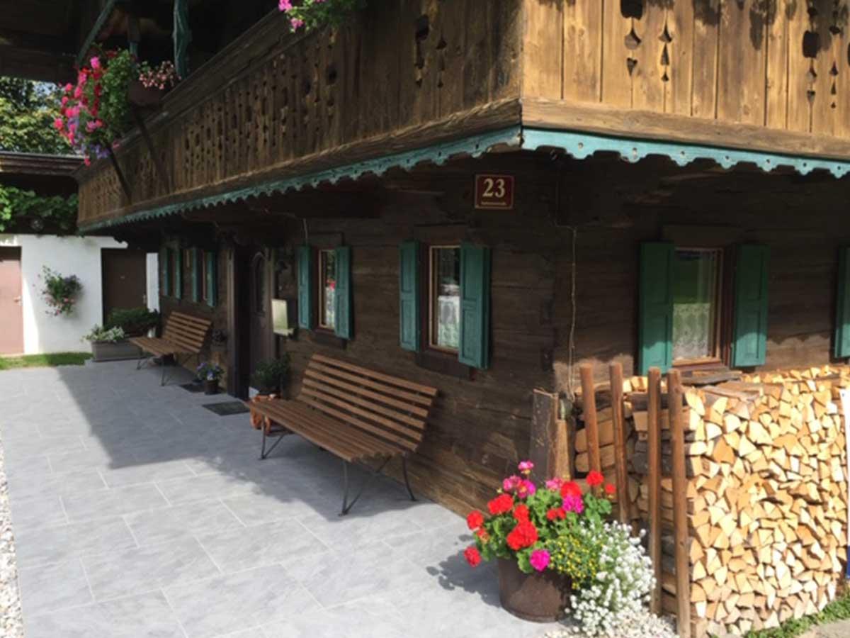 Terrasse mit großflächigen Steinpflaster