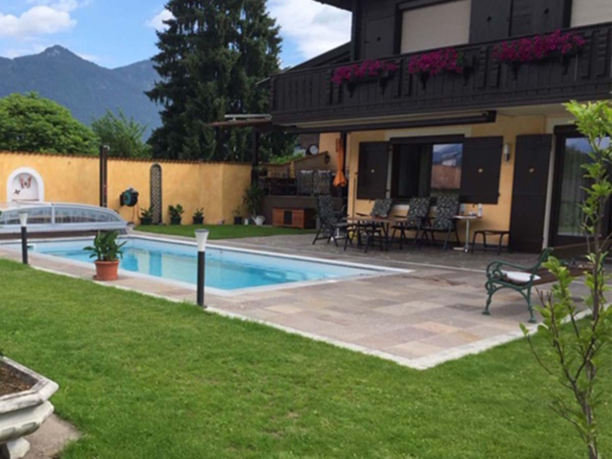 Terrassengestaltung rund um das Schwimmbad