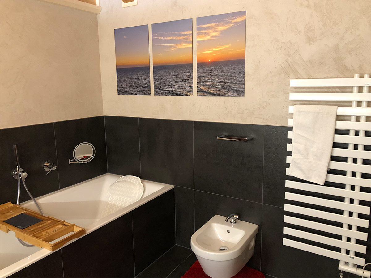 Modernes Bad in Grau